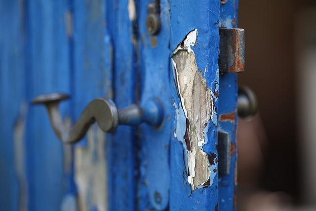 Reparar puerta de madera astillada